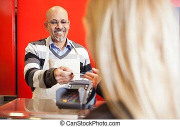 mondige man, aanvaarden, kredietkaart, van, jonge vrouw , voor, betaling, van, aankopen