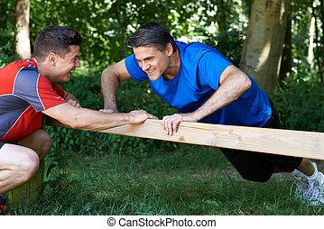mondige man, het uitoefenen, met, persoonlijke trainer, in park