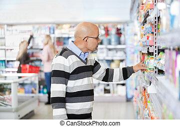 mondige man, shoppen , in, een, supermarkt