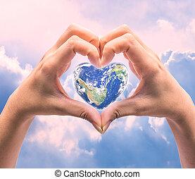 mondo, in, forma cuore, con, sopra, donne, mani umane, su,...