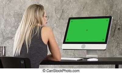 monitor., femme, informatique, display., écran, regarder, travailleur indépendant, maquette, vert