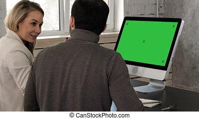 monitor., maquette, bureau, display., écran, deux, jeune regarder, vert, homme affaires, réunion, avoir
