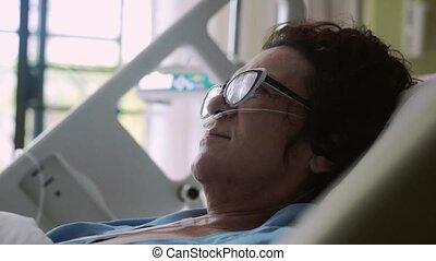 monitor., porter lunettes, oxygène, changements, hôpital, masque, foyer, lit, drip., mensonges, femme, 3840x2160, vieilli, ecg