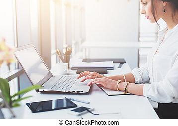 monitor., przenośny, handlowy, pracujący, asystent, biuro, e-mail., patrząc, pisząc na maszynie, komputer, pociągający, samica, pracownik, używając, czytanie, skoncentrowany