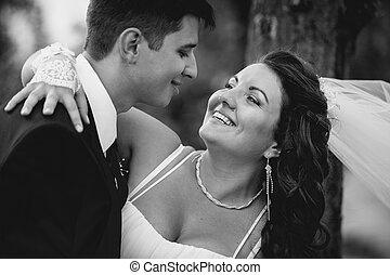 monochróm, portrét k nevěsta, a, čeledín, přijmout, a, smavý