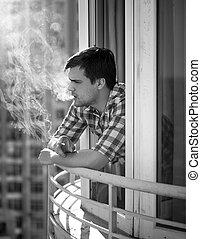 monochroom, verticaal, van, terneergeslagen, man rokend