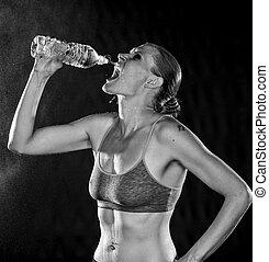 monocromático, de, um, atlético, mulher, água potável