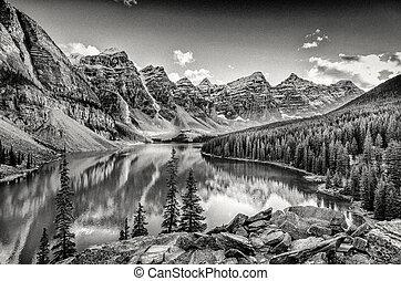 monocromático, filtrado, visão cênica, de, lago moraine, montanhas rochosas