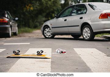 monopatín, y, zapato niño, en, un, peatón, líneas, después, peligroso, tráfico, incidente