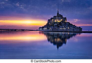 Mont Saint-Michel - Le Mont-Saint-Michel in the twilight