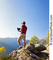 montaña, area., al aire libre, trabajando, sentado, computador portatil, joven, pc, roca, caucásico, hombre