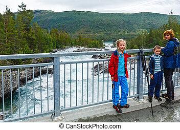 montaña, cascadas, río, familia , (norge)