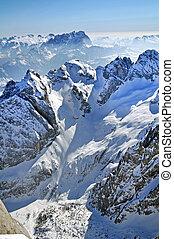 montaña cubierta de nieve, paisaje, en, el, dolomites,...