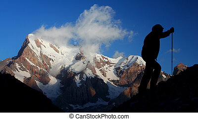 montaña, deporte, -, silueta, de, un, trepador, con, majestuoso, montaña, en, el, plano de fondo