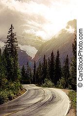 montaña, efecto, soñador, camino, filtrado, iluminar desde el fondo