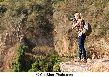montaña, fotógrafo, toma, joven, fotos, hembra, cima
