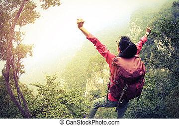 Montaña, grande, mujer, chino, excursionismo, pared, brazos, excursionista, aplausos, abierto