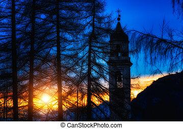 montaña, iglesia, en, ocaso
