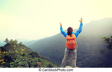 Montaña, mujer, brazos, excursionista, aplausos, pico, abierto