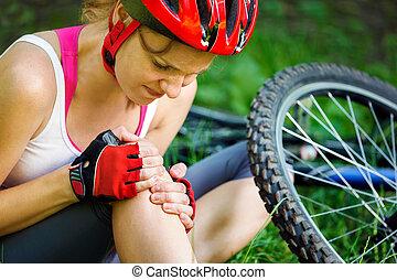 montaña, mujer, de, joven, bike., cayó