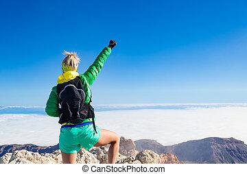 montaña, mujer, extendido, excursionismo, éxito, cima, brazos
