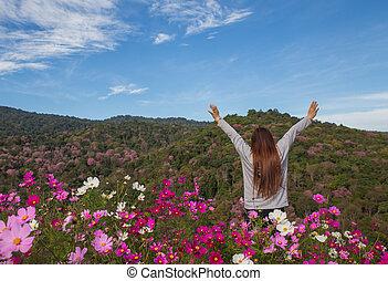 Montaña, mujer, joven, brazos, aplausos, abierto