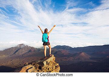 Montaña, mujer, mochila, joven, brazos, pico, abierto