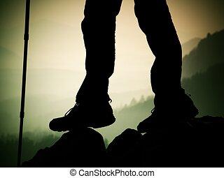 Montaña, mujer, turista, botas, rocoso, excursionista, estante, piernas, pico