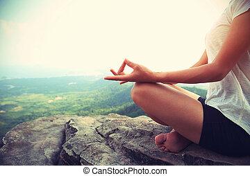 montaña, mujer, yoga, práctica, joven, pico, condición...