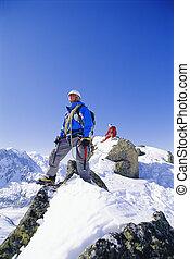 montaña, nevoso, hombres, joven, pico, montañismo