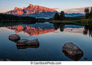 montaña, reflexión, en, lago minnewanka