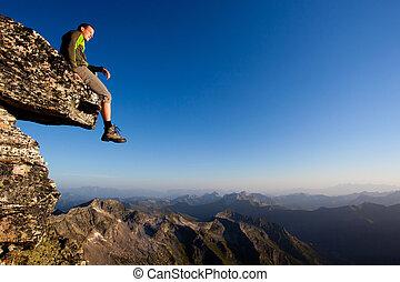 montaña, sentado, joven, gama, sobre, roca, hombre