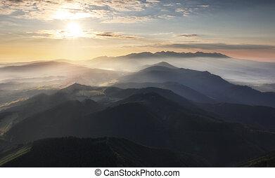 montaña, silueta, en, ocaso, en, tatras, eslovaquia