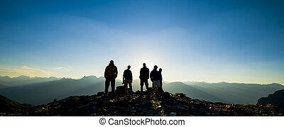 montaña, siluetas, salida del sol