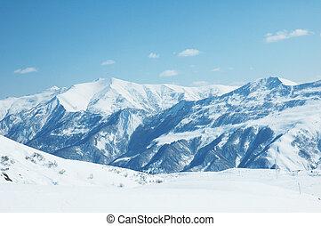montañas altas, debajo, nieve, en, el, invierno