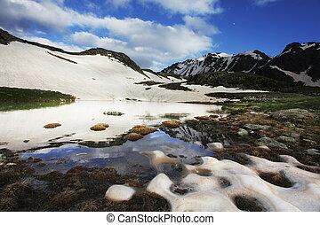 montañas altas, lago