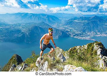 montañas, atleta, arrastre correr, shirtless, hombre
