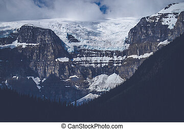 montañas, con, nieve, en, nublado, tiempo
