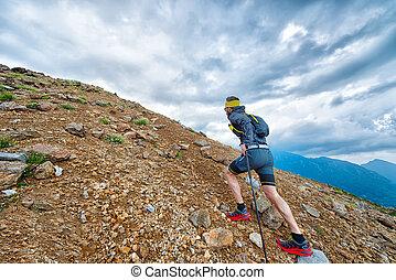 montañas, entrenamiento, palos, atleta, mientras, skyrunner