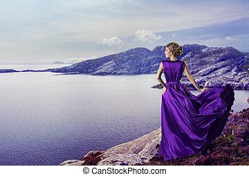 montañas, mujer, bata, púrpura, vuelo, ondulación, elegante, mar, viento, mirar, vestido, niña