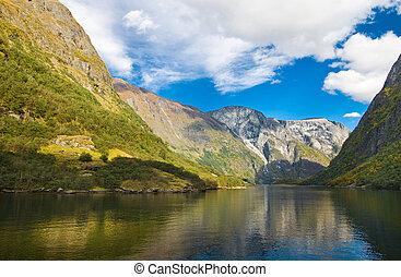 montañas, y, noruego, fiordo, en, otoño