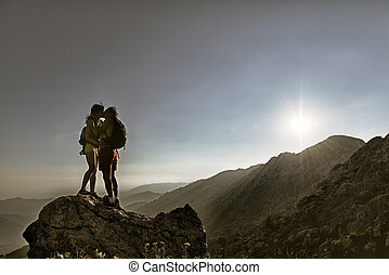 montañeros, beso, cumbre