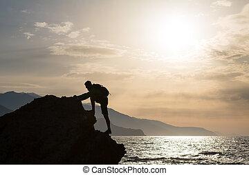 montañismo, excursionismo, silueta, en, montañas, y, océano