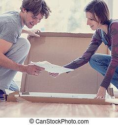 montage, couple, manuel, jeune regarder, soi, meubles