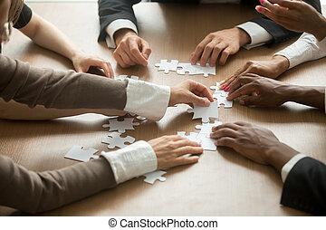 montagem, pessoas negócio, quebra-cabeça, ajudando, s, diverso, trabalho equipe