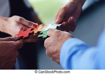 montaggio, gruppo, persone affari, puzzle, jigsaw