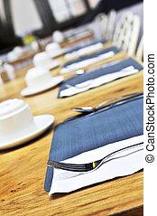 montaggio tavola, ristorante