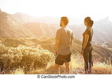 montagna, coppia, vista, giovane, ammirare