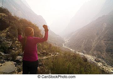 montagna, donna, braccia, escursionista, applauso, picco, aperto