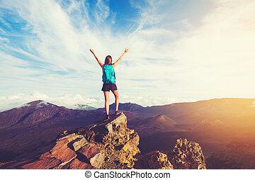 montagna, donna, braccia, escursionista, tramonto, picco, aperto, felice